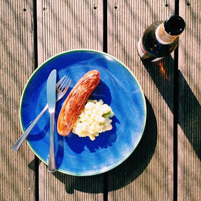 churrasco alemão com minha salada de batata e salsão (tem no blog!) pro domingo de sol e calor do aniversário do @yourcrowbar em Frankfurt