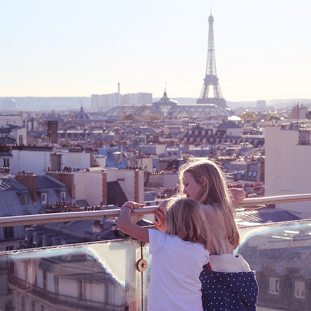 it was amazing to see the reaction of these two girls seeing Paris on the top of Printemps. they were amazed in a pure way that made me feel like I should see the world more like a child sometimes. I don't want to have tired eyes, but to see with excitement how beautiful this world is.