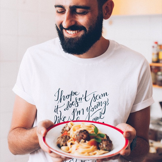 a receita das almôndegas gregas já tava no ar no Cozinha Dal Bó, mas agora também está no Moldando Afeto. saudade desse dia, querido @angelodalbo ? ------------------------------------------------- pasta with greek meatballs and the la roux t-shirt I made in a photo by my friend @angelodalbo