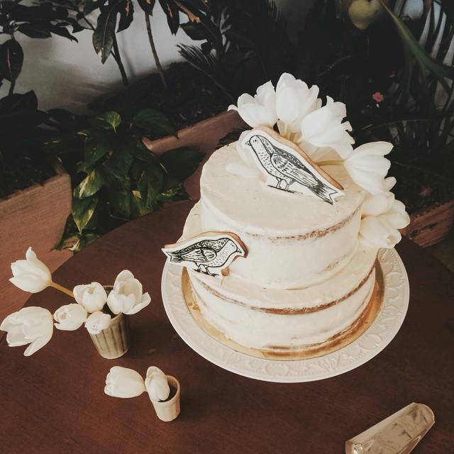voilà ! um pequeno bolo rústico florido e empassarinhado. =)
