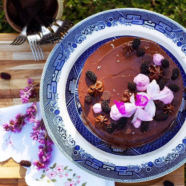 tenho vivido um bom momento e acho que isso tem se refletido nas minhas criações. ontem mostrei o cheesecake rendeira e hoje trago aqui o bolo topázio-de-fogo: bolo tipo fudge (denso com muito chocolate), recheio de chantilly de nutella e cobertura de buttercream de chocolate com nutella. faz parte do meu menu do mês de maio que está no ar lá no blog (link na bio). ? //////////// fudge cake filled with nutella chantilly and covered with chocolate and nutella buttercream. I'm feeling happy lately and I think that's helping me making better cakes. ?