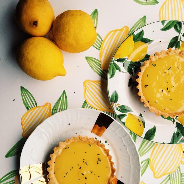 tortinhas de limão siciliano com manjericão pra trazer um pouquinho do amarelo do sol pra essa terça chuvosa. ☀️ ///////////// lemon pies with basil to bring the yellow of the sun to a rainy tuesday