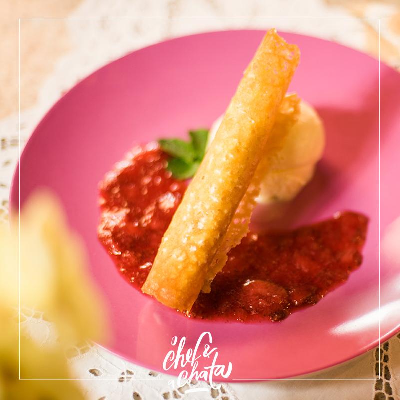cornetto de mascarpone com calda de morango